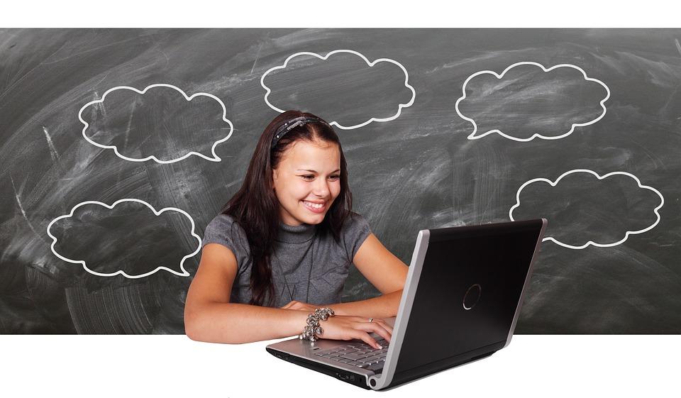 dievča s notebookom