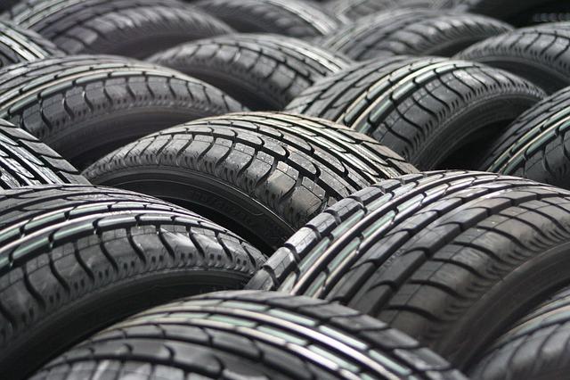 pneumatiky na hromadě