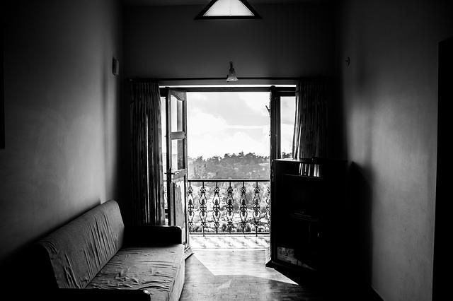 Miestnosť s otvorenými dverami na balkón