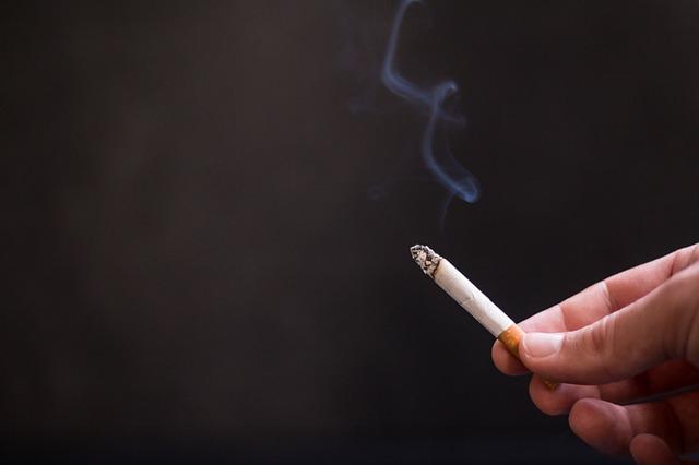 cigareta v ruke.jpg