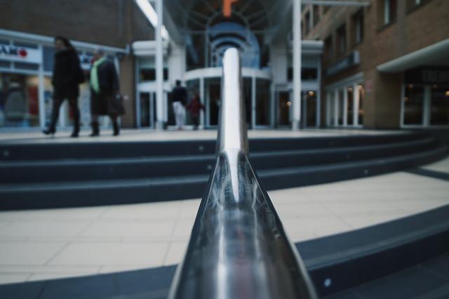 Detail na nerezové zábradlie na schodoch.jpg