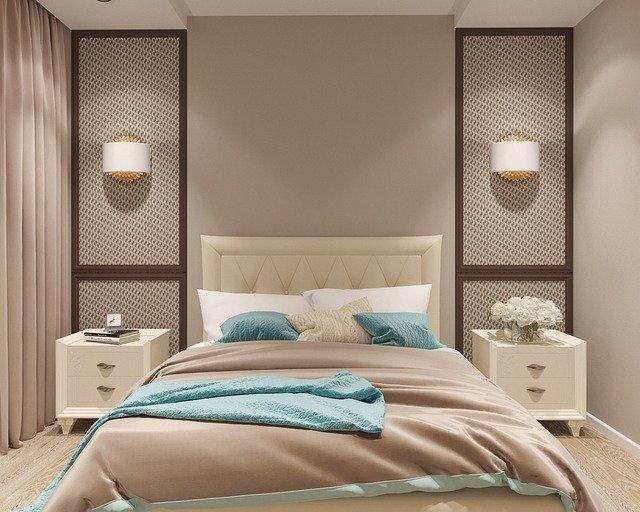 Manželská posteľ v spálni v krémových farbách